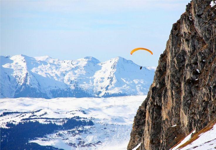 La découverte des Alpes par les airs, comme ici en parapente au dessus du domaine de la Plagne en Savoie. ©  Dominique Oliva