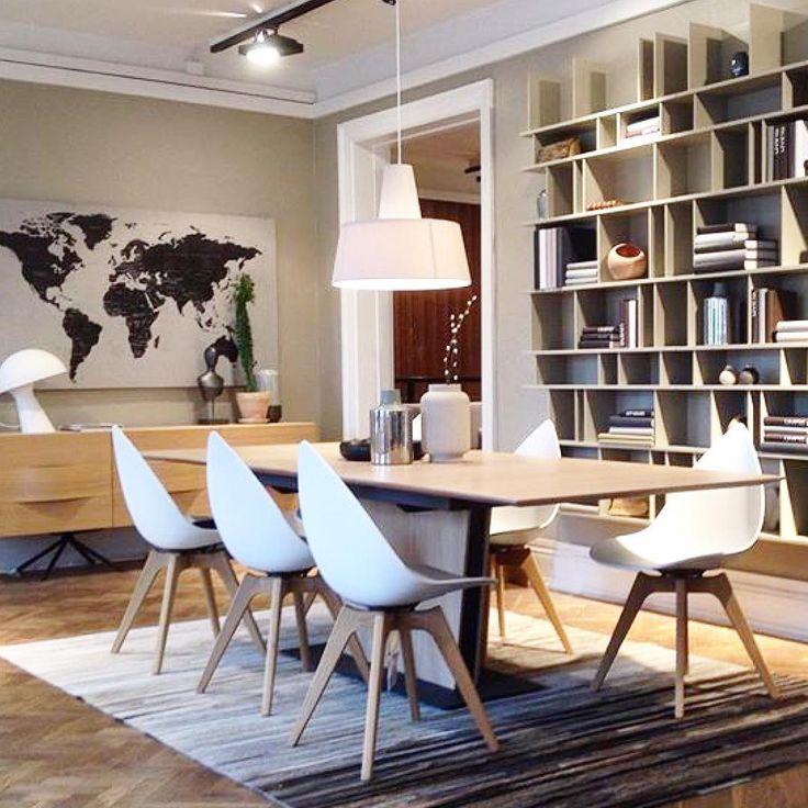 Ende Gelände. Wochenende! #happyfriday #dinnerwithfriends #homearoundthetable #interiordesign #nordichome #scandinavian #danishdesign #ottawachair #karimrashid #design #dining #tablesandchairs #scandistyle #shapes #welldone #projekt