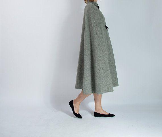 Schitterende opera Kaap vacht Neutrale kleur, minimalistisch design Groot als Streetstyle bovenkleding Je kunt het als mode meisjes dragen: met sneakers of alleen met hoge hakken en elegante kleding Knop schakelt u, zonder armsgaten  KRIJGEN DE HELE LOOK MET ♛ Floral rok - http://etsy.me/28SZC4d  GROOTTE ♛ Geen label, aanbevolen voor maat M of L Hele silhouet is open, maar houd rekening met de meting van de schouders Meisje is maat M/L, hoogte 177 cm ~ 5.81 ft Controleer hieronder metingen…