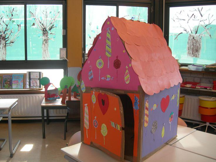 In de huishoek komt natuurlijk een snoephuis gemaakt van een kartonnen doos.Leuk als groepswerk! En met echt snoep?