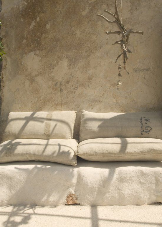 Situada a Itàlia, aquesta casa d'estiu és el resultat d'una remodelació intensiva. La combinació de les pedres i les parets blanques creen ...