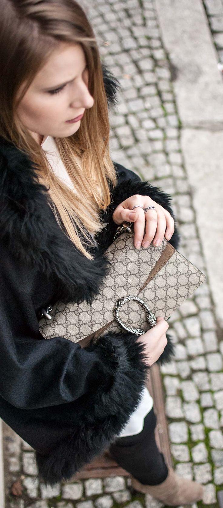 florafallue zeigt ein Outfit mit schwarzen Fell Cape und braunen Details dazu. Gucci Dionysus Tasche werden mit farbig passenden Steifeletten von Zara kombiniert. Zwei verschiedene Blusen werden im Layering Stil übereinenader getragen. www.florafallue.com