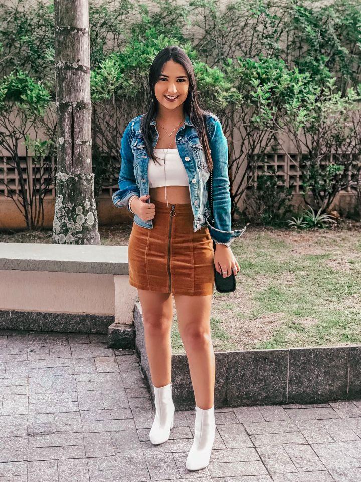 726d0dc3a Look/outfit com bota branca. Jaqueta jeans destroyed Zara, saia caramelo  Forever 21, top cropped faixa branco LV Store, bota branca Griffe.