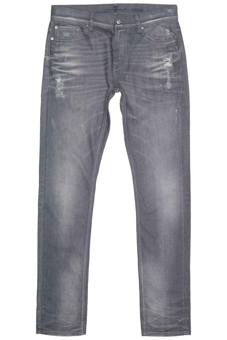 Stoere jeans uit de nieuwe collectie van 7 for all mankind. De jeans is grijs en heeft een lichte wassing met kleine scheuren.