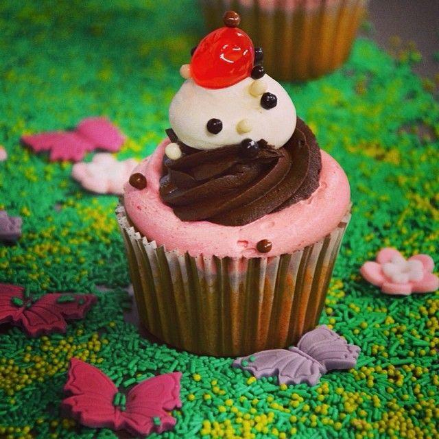 Banana Split: Η αγαπημένη γεύση παγωτού έγινε cupcake! Μπανάνα, φράουλα, σοκολάτα, βανίλια σε μια κουταλιά!