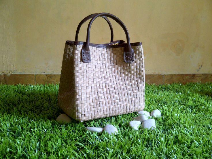 Tas kulit ada dalam berbagai tekstur, warna, dan gaya. Tas kulit mempertahankan nilainya tahun demi tahun, tetap awet walau terkena hujan dan panas.