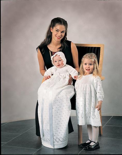 Tema 2: Tema 3 & 4 Dåpskjole med tilhørende søskenkjole #strikk #dåp #dåpskjole