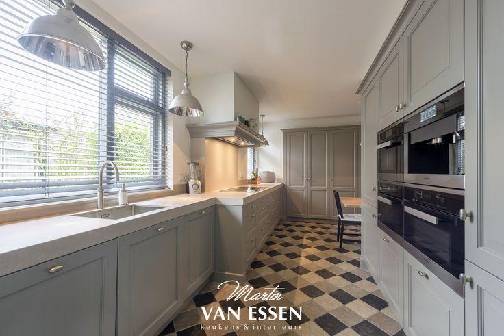 Bent u op zoek naar een ruime, landelijke keuken. Dan is dit misschien wat voor u! De keuken is uniek door zijn kleuren, is erg licht en bijzonder ruim. Zou u zo'n op maat gemaakte keuken thuis willen?