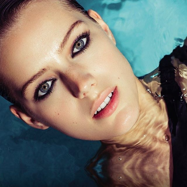 Aqua vita. Photo: @EdouardoRezende Style: @Zolototrubova Hair: @GianlucaMandelli1 Makeup: @Danielp_muh. / Рождение Афродиты: последний тренд в макияже - водостойкие средства: благодаря силиконовой смоле в составе они пройдут любые испытания на прочность. Идеи модного макияжа для офиса пляжа и вечеринки у бассейна ищите в июньском Vogue.  via VOGUE RUSSIA MAGAZINE OFFICIAL INSTAGRAM - Fashion Campaigns  Haute Couture  Advertising  Editorial Photography  Magazine Cover Designs  Supermodels…