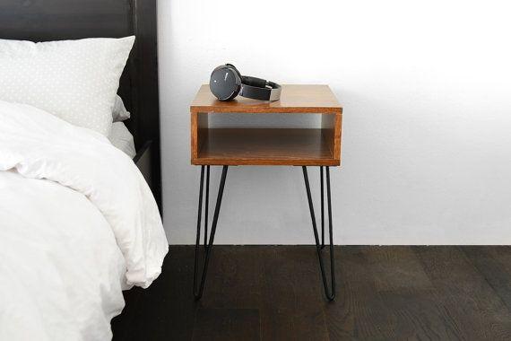 Een eenvoudig en schoon/minimalist night stand, ideaal voor gebruik naast je bed! Haarspeld benen zijn gelakt/gecoat zodat ze zal nooit roesten. De top is gemaakt van fineer, multiplex en gecoat om zo waterbestendig kun je kopjes water op het zonder zich het ongerust maken.  Dit meet ongeveer 16 x 16 diep x 23 hoog breed. Ik kan ook de hoogte van de grootte of been van een aangepaste volgorde aanpassen!  Massief hout beschikbaar tegen extra kosten. Vlek kleur en het type variaties…