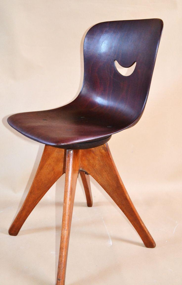 """Obrotowe krzesełko projektant  Adam Stegner . Krzesło wyprodukowane w Niemczech w 1960 roku przez Ppagholz Flototto Modernistyczna forma, jednoczęściowe  profilowane siedzisko z drewna klonowego w kolorze mahoniu, na spodzie logo firmy """"Pagholz""""  i  """"Schul Mobel"""""""