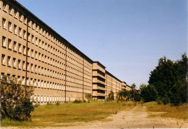 """Prora - """"Koloss von Prora"""" von der Seeseite aus, fotografiert von Steffen Löwe, Public Domain) - Architektur in der Zeit des Nationalsozialismus – Wikipedia"""