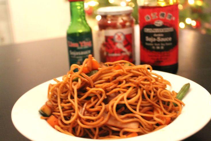 Asiatisches Essen finde ich wirklich lecker. Aber irgendwie kochen wir das zu Hause ziemlich selten. Wieso kann ich ehrlich gesagt gar nicht so sagen, weil die Zubereitung vieler Gerichte ja durchaus einfach und schnell geht. Und einen Großteil der Zutaten haben wir eigentlich auch immer zu Hause. Wie auch immer, letztens gab es mal wieder Wok-Nudeln mit Gemüse – zudem ist es auch noch relativ kalorienarm. Und das Schöne ist, dass man auch hier einmal mehr prima Gemüsereste verwerten kann…