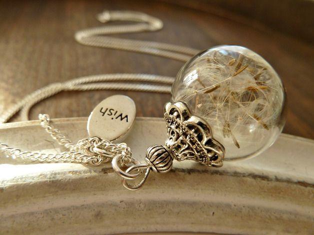 Diese Halskette besteht aus einer mit Pusteblumen befüllten Glaskugel an einer feinen, sehr hochwertigen, 925 Silber Panzerkette. Diese schimmert und glänzt ganz toll.Geschmückt ist sie mit einem...