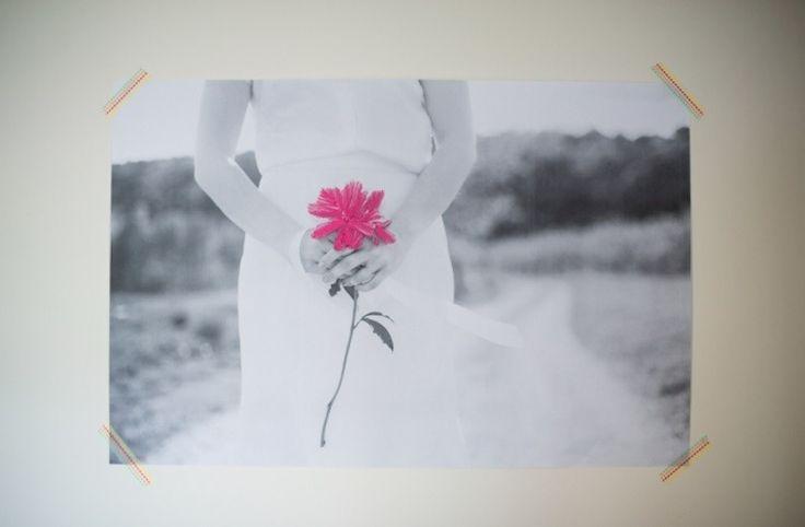 Olha que delicado fica o bordado nas fotos e o que acho mais bonito é que o detalhe colorido se destaca no fundo preto e branco. #fotos #p&B #flor #rosa #bordado #euamofazerartesanato