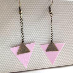 Boucles d'oreilles, triangle rose en cuir, avec un triangle et chaînette bronze