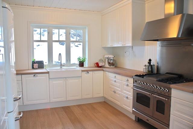 jordbarpiken : double porcelain sink + wooden benchtops + ceiling and ...