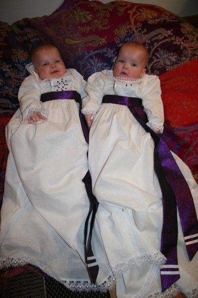 Dåpskjole Fiol er en nydelig dåpskjole i hvit lin med detaljer i fiolett.