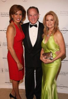 Hoda Kotb remembers her co-host Katie Lee Gifford's spouse, NFL Hall of Famer and sports broadcaster, Frank Gifford. He passed away yesterday, at age 84, of natural causes. http://www.usmagazine.com/celebrity-news/news/kathie-lee-gifford-frank-gifford-death-not-tragedy-2015108