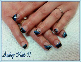 Nail art noir et deep blue + liner noir + strass