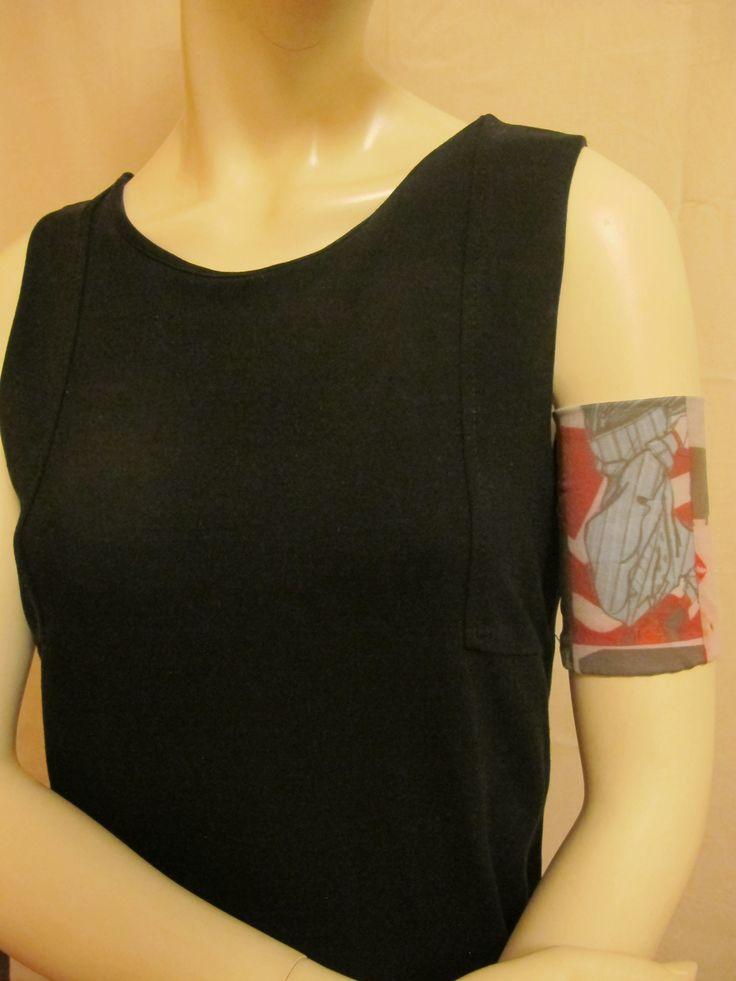 Bracelet pour être simplement jolie, ou pour masquer une cicatrice, un tatouage, une tâche de peau. Bracelet souple et agréable à porter, qui épouse la forme de votre bras, le tissu est léger (viscose) et multicolore (bleu clair, rouge, gris foncé). Bracelet to be just pretty, or to hide a scar, a tattoo, a skin task.Soft and pleasing bracelet, which follows the shape of your arm, the fabric is light (viscose) and multicolored (light blue, red, dark gray)