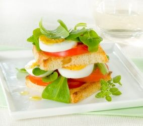 Torretta di pane, pomodoro e uova sode