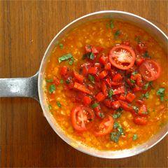 Gruß aus der Küche: Rote Linsen-Suppe mit Chorizo, Paprika, Minze + Tomaten