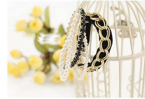 Elegant black bracelet set with pearls Price: R50