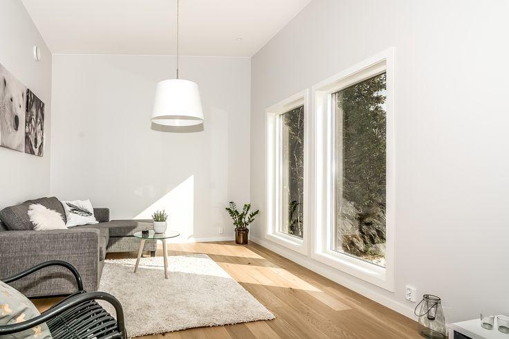 Lys stue med store vinduer