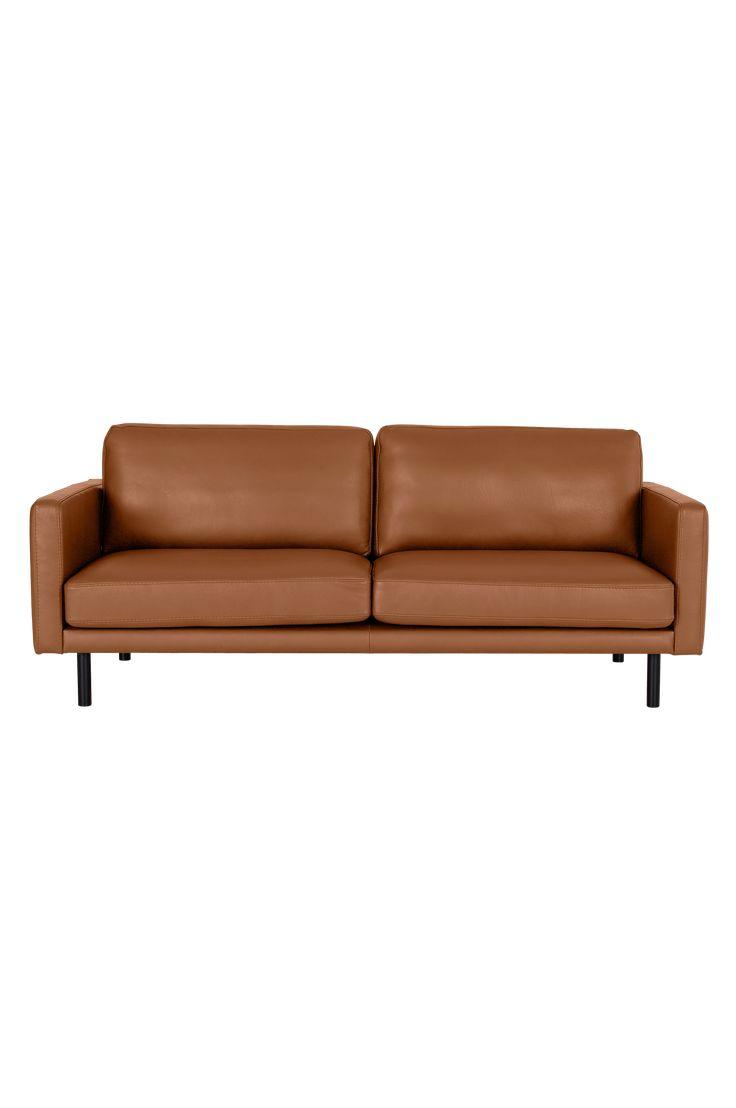 Vi på Ellos har designat och tagit fram nya soffmodeller som produceras av Furninova, en svensk kvalitetsleverantör. Soffa Ellie 3-sits är en bekväm soffmodell med valbar klädsel i textil eller läder. Ramen är byggd av massivt trä och ryggen av plywood/spånskiva. Fast komfort i kallskum svept med fibervadd. Nozagfjädring för bästa komfort. Dynorna har avtagbar klädsel. Svarta ben av trä. Mått: Bredd 204 cm, höjd 83 cm, djup 90 cm. Sitthöjd 45 cm och sittdjup 58 cm. Välj färg i ett för so...