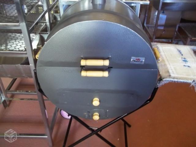 Fabricamos vários modelos de churrasqueiras.  Bafo de barril de 200 litros. Bafo 1/2 barril de 200 litros. Bafo de barril de 100 litros.  Com rodas; Tabulerio de carvão; grelha; carrinho mesa.  Muito economica;  Retorno certo.  98808-6375 oi 99503-6116 vivo e zap  Aceitamos cartão de crédito