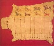 Peau d'élan Cheyenne - biblio 2 p 43. Peau d'élan, peintures naturelles, quill, lanières en peau de cerf, crin de cheval 1m75 x 2m10. Peau décorée avec des scènes de bataille, portée habituellement par les hommes et parfois par la femme du guerrier où ses aventures étaient décrites. Alors que les femmes dans la plupart des tribus des Plaines utilisaient par convention uniquement des motifs géométriques non figuratifs, c'était une prérogative masculine de  peindre des scènes militaires ...