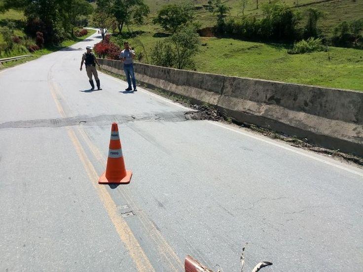 Desvio por estrada de terra de ponte interditada na MG-447 em Santa Bárbara do Tugúrio é suspenso