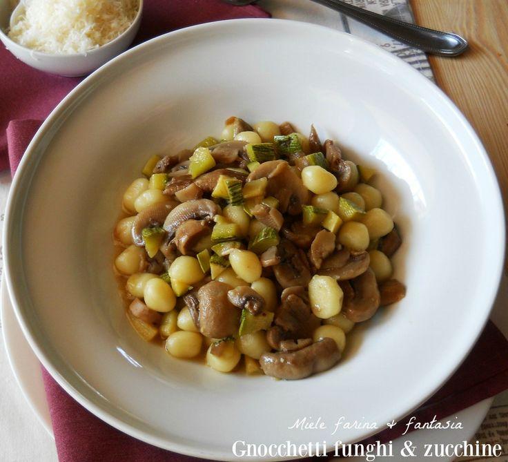 Gnocchetti al sugo di funghi e zucchine,profumato, squisito e facilissimo primo piatto adatto per tutte le occasioni. Ricetta chic.