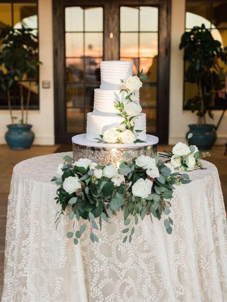 Hochzeitsempfang im Freien, dreistufige, runde, weiße Torte mit weißen Rosen und …   – Fashion!
