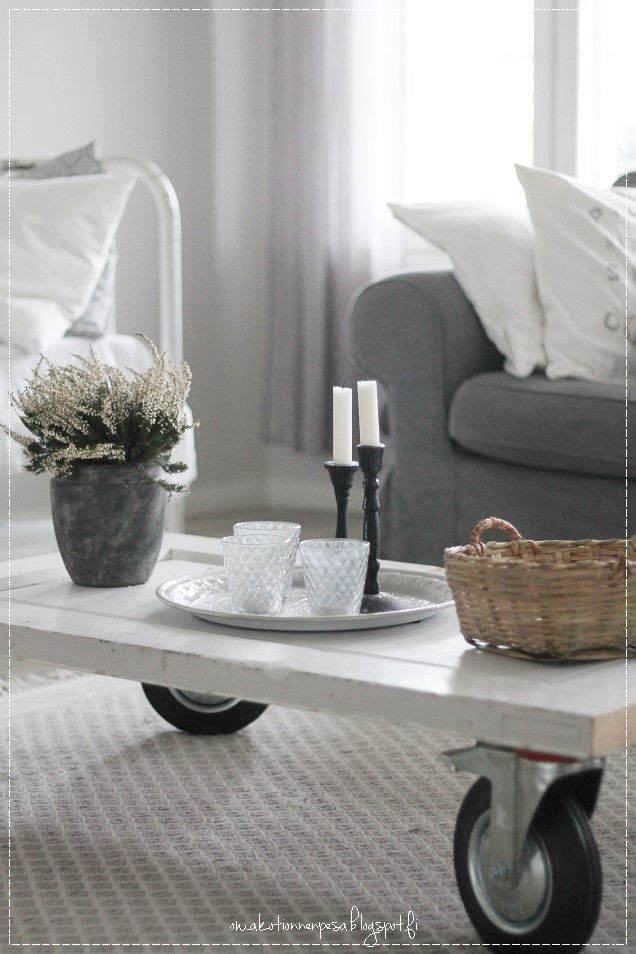 olohuoneen sisustus, maalaisromanttinen koti, vanhasta ovesta tehty pöytä, diy, kalusterengaspöytä, vaalea koti