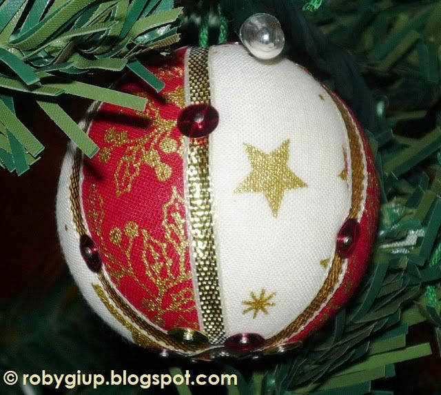 RobyGiup Handmade: Palline di polistirolo rivestite di stoffe natalizie e nastrino dorato  - Polystyrene balls covered with Christmas fabrics and golden ribbon.