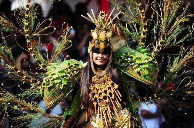Alternately, one by one 10 themes displayed in a costume parade participants with unique accessories and makeup supported JFC Marching Band. 10 fashion themes are: Royal Kingdom, Punk, India, Athens, Tsunami, Bali, Borneo, Roots, Animal Plant and Butterfly. Carnival is also lively music and slick choreography presented at the 10 march including marches in previous years (JFC JFC I to IX).