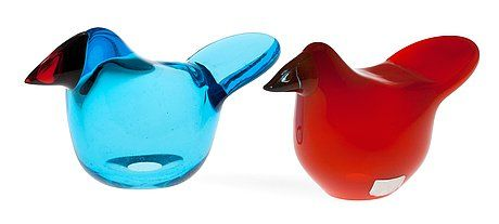 OIVA TOIKKA, A SET OF TWO GLASS BIRDS Sieppo (Flycatcher) Sieppo (Flycatcher). Signed Oiva Toikka Nuutajärvi Notsjö. Red and green glass + blue and orange glass. Height 6 cm.