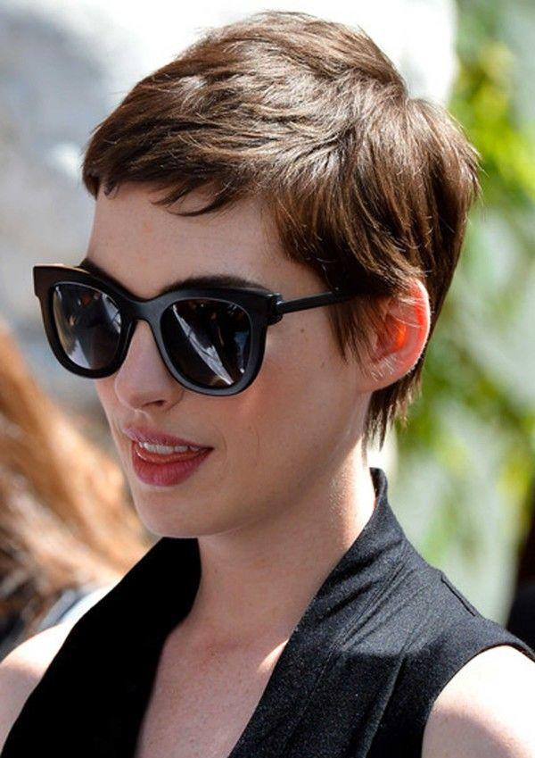 Anne Hathaway in Thierry Lasry, occhiali da sole modello SEXXXY in nero matte