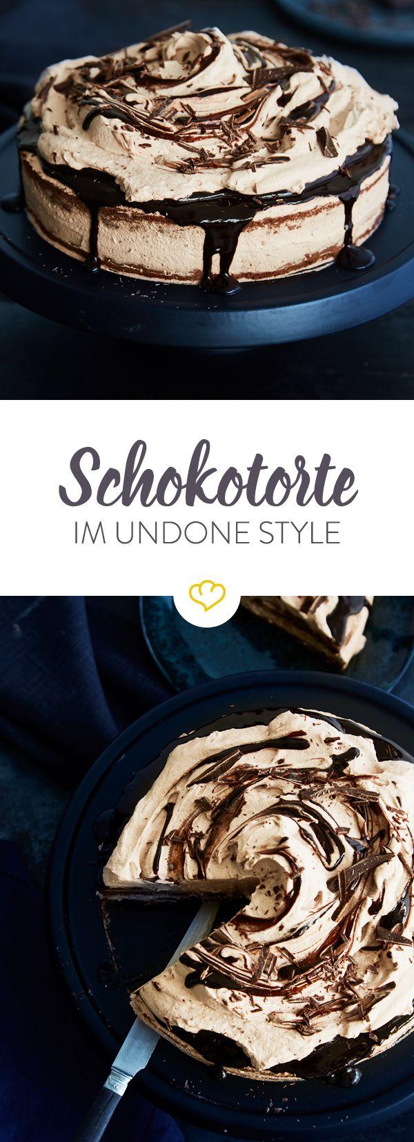 Diese klassische Schokotorte mit Schokobiskuit und Schokosahne schmeckt so gut, sie hat eine präzise Deko mit Tupfen und Schnörkeln gar nicht nötig.
