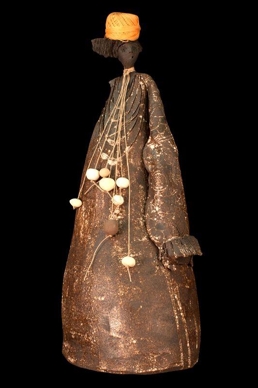 Figura de mujer con ovillo. Escultura cerámica. Decoración.