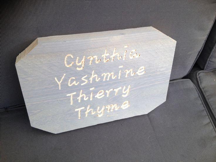 Naambordje van steigerhout met daarin diverse namen gegraveerd.  De lettertypen en de letter grootte kunnen aangepast worden.