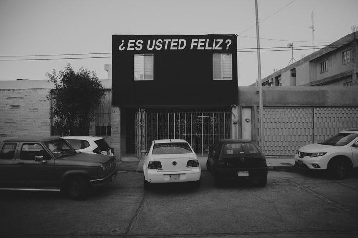 Intervención sobre la fachada de Lugar Común. Alfredo Jaar, Estudios sobre la felicidad, 1979-1981, Monterrey, México, 2016. Foto: Marco Treviño y Priscila Mier