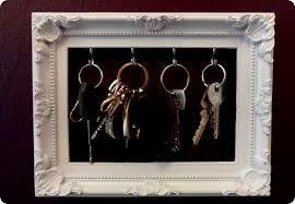 Praktisch: Ein Bilderrahmen als Schlüsselaufbewahrungselement. Im Baumarkt & Co. kleine Haken kaufen und an die Oberkante anbringen, dann nur noch die Schlüsselringe einhaken - fertig!