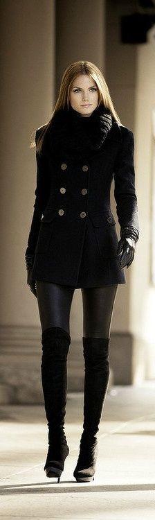 Botas mosqueteras negras sobre pitillo cuero negro, con jersey con cuello grande y chaqueta marinera de doble abotonadura
