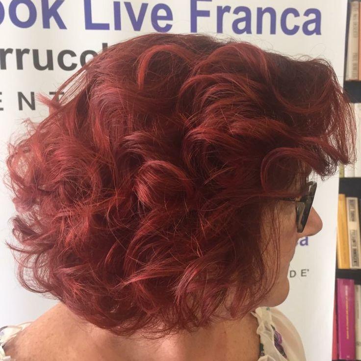 Ognuno indossa il suo degradè personalizzato! Per la nostra amica Stefania!!!!!  Mix di tonalità di rossi violacei con sfumature ramate,per un risultato unico e autentico! #newcolour #newlook #wella #hairstyle #haircolor #hairfashion #davines #degradè #sustenaiblebeautypartner #bcorp #centrodegradè #looklivefrancaparrucchieri #viadeimirti29 #ragusa