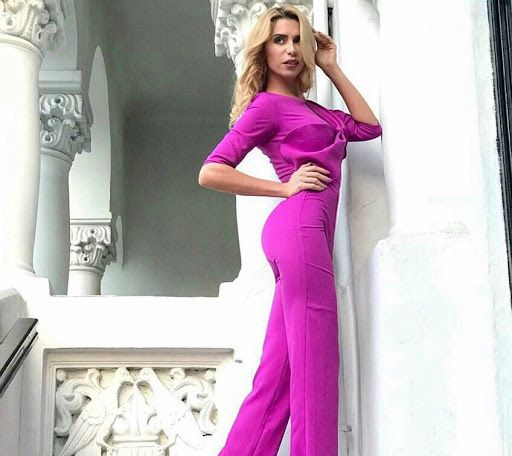 A stylish overall is a very chic choice when you want to impress at an important event. Discover the discounted price for the Luciana fuchsia overall in our online shop.
