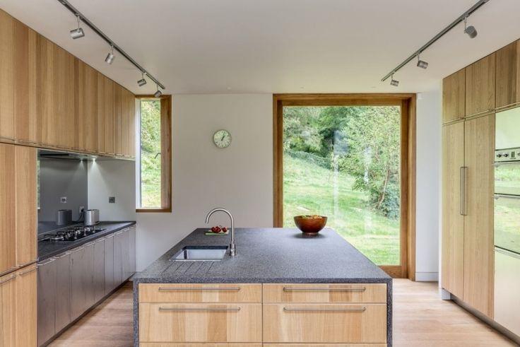 funktionale Küche mit Arbeitsplatten aus grauen Granit