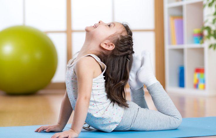 Deti nepotrebujú len dynamické športy, joga je užitočný trend aj pre najmenších  Vďaka populárnemu cvičeniu sa naučia spoznávať seba aj okolitý svet.